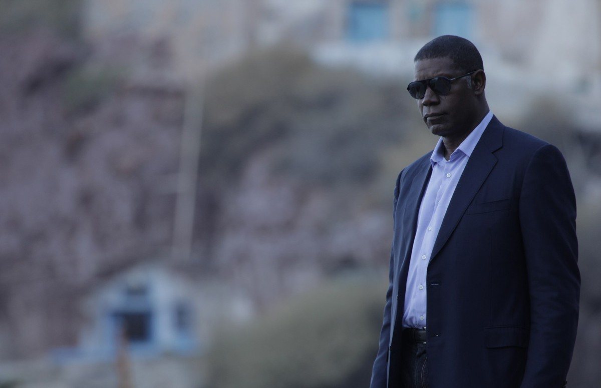 4. Dennis Haysbert definately has the voice and the presence for a great Black Bond. Put him in a finely tailored Italian suit and we can make this happen!